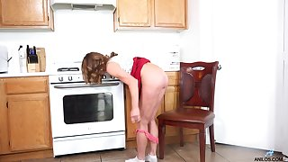 Cyndi is a handful of horny GILF you won't want to come to grief and she loves masturbating
